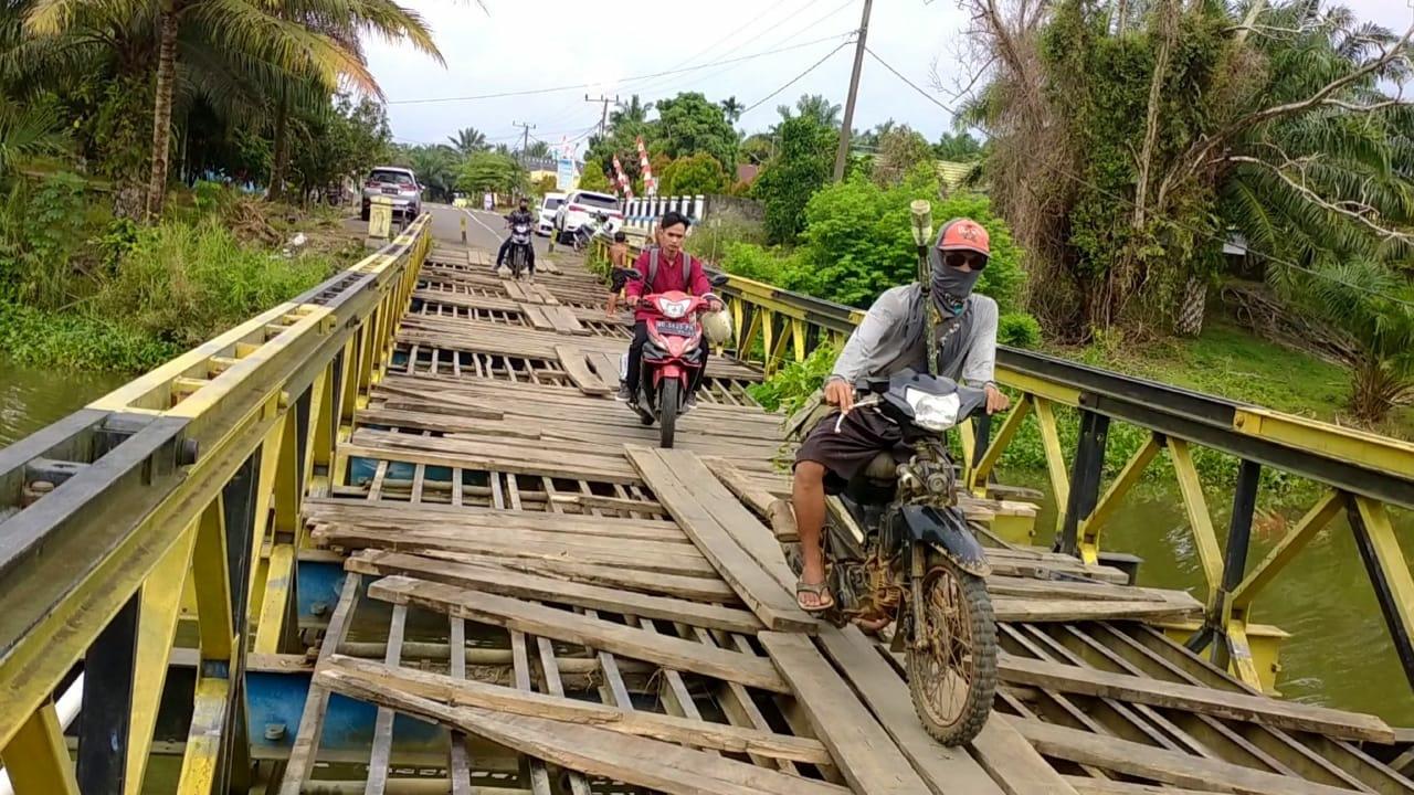 Jembatan alternatif yang digunakan warga untuk melintas